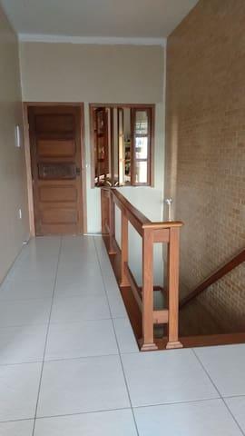 Quarto espaçoso e ventilado em casa em Belém