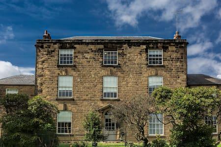 The Farmhouse Basement Apartment - Oakerthorpe - Casa