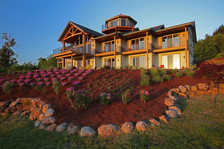 Wine Country Bed & Breakfast ( Multnomah Luxury Queen with Soaking Tub)