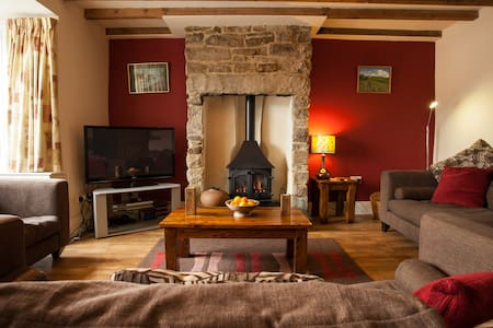 Luxury 4 Bedroom Cottage next door to Pub