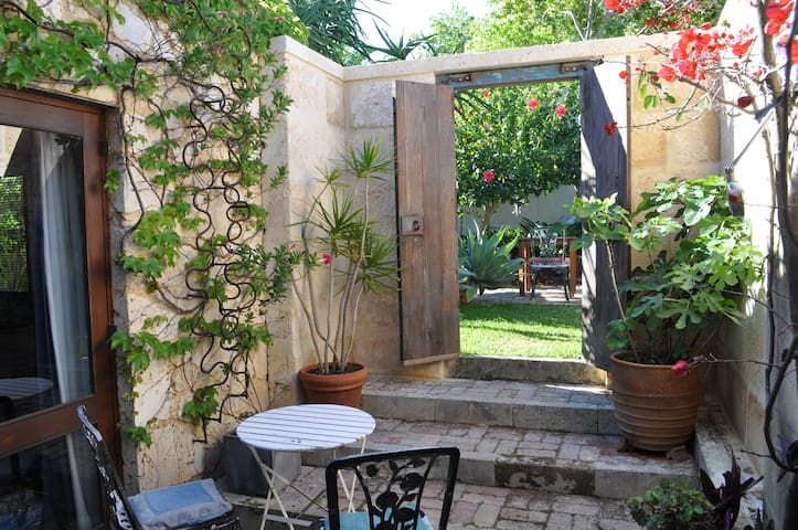A unique art and garden retreat. - South Fremantle - วิลล่า