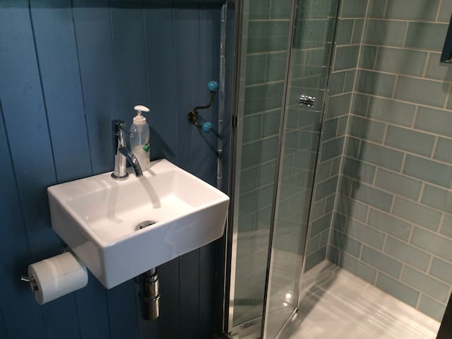 Bathroom 2: