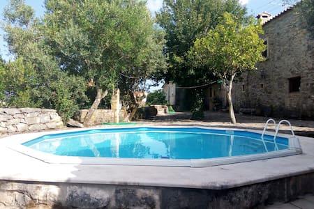 Hübsche Villa mit schwimmbad & Wifi