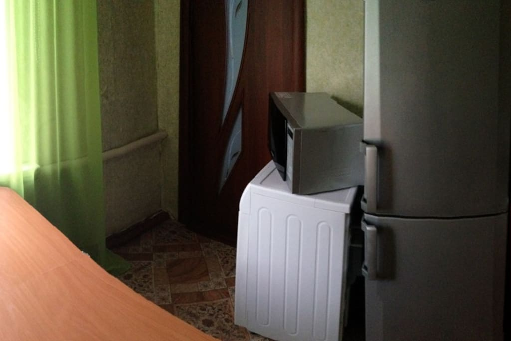 Кухня: холодильник, микроволновая печь, стиральная машина. Вход в спальню.