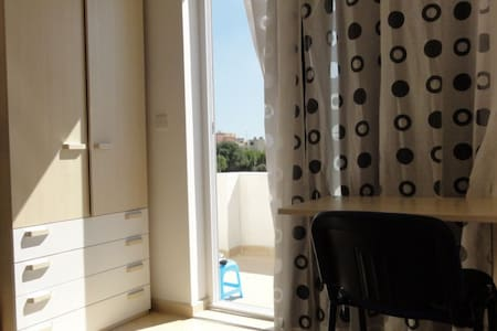 modern private rooom with balcony UNiversity - Msida - Lejlighed