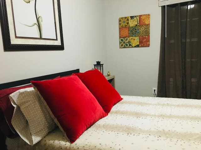 Stylish Private  Bedroom 4mi to Airport