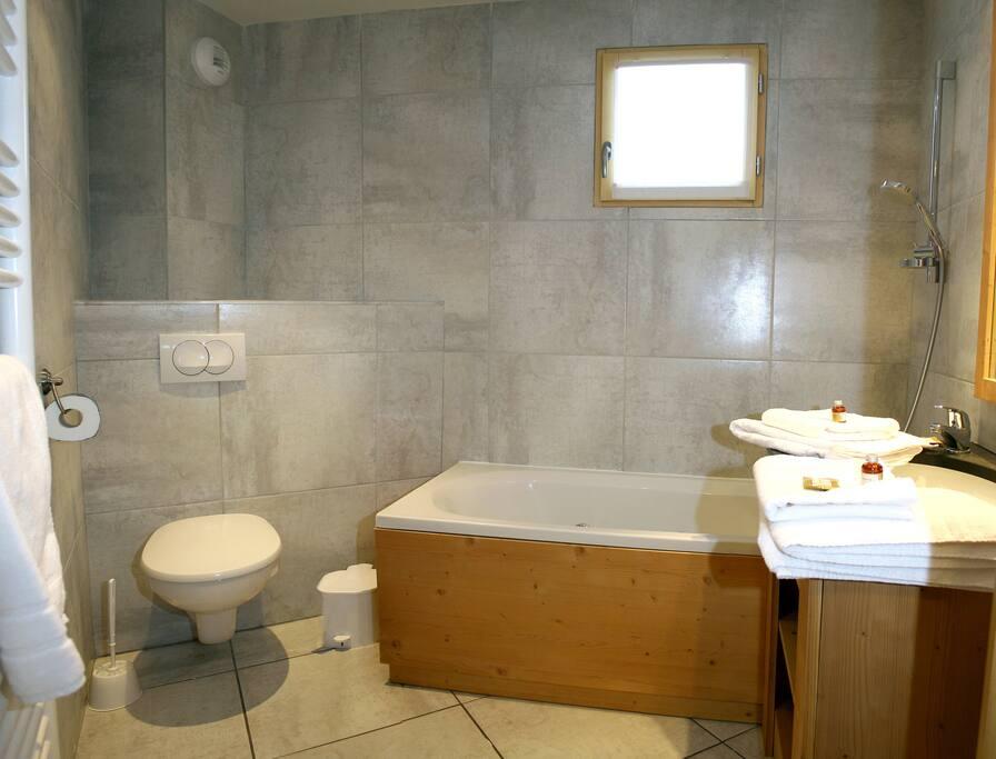 Salle de bain avec baignoire balnéo, l'idéal après une journée de ski