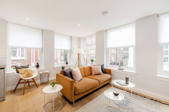AN OUTSTANDING DUAL ASPECT 1-BEDROOM - COVENT GARDEN MARKET