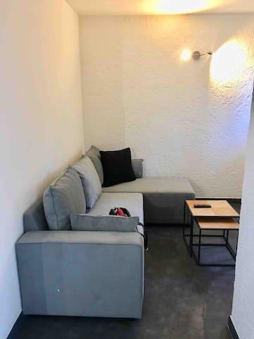 Salon avec télé et canapé lit 2 places
