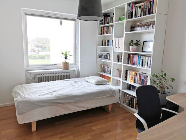 Rum i lägenhet nära centrum och sjukhuset