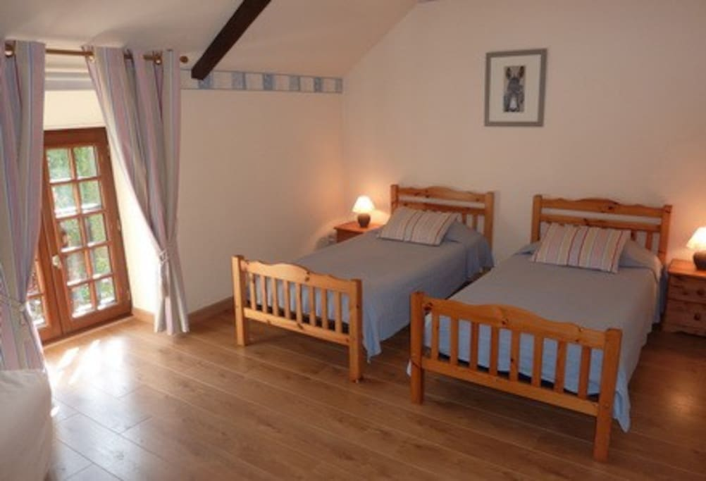 Chambre avec 2 lits simples.