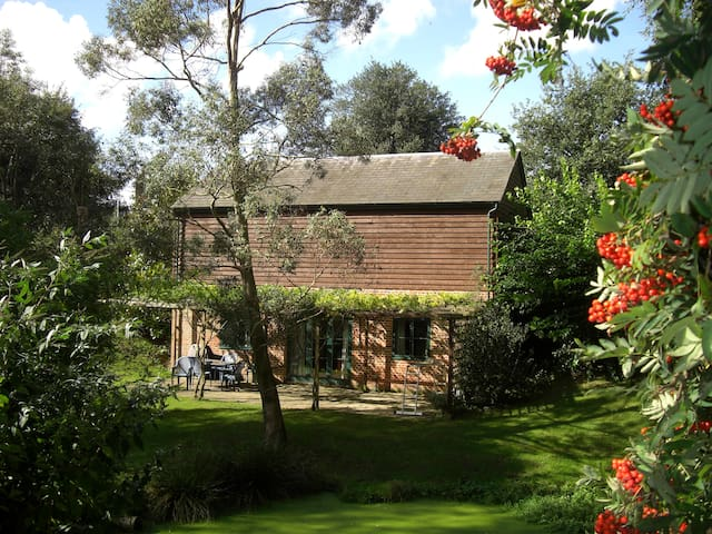 Idyllic rural retreat, lake edge - Stoke-by-Nayland - Huis