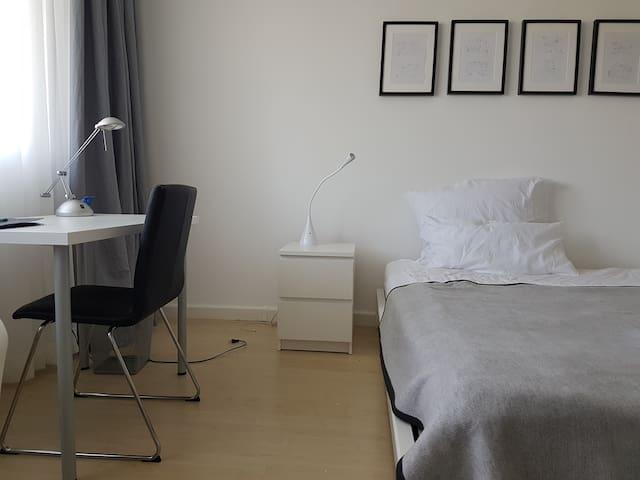 Messe und City nah- modern eingerichtetes Zimmer