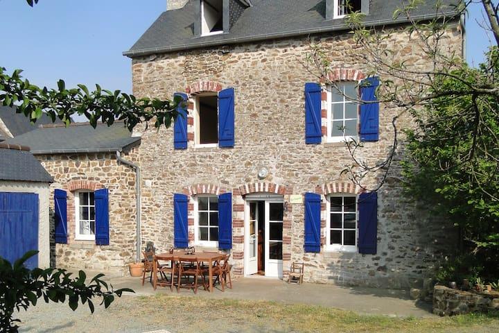 Charmante maison de caractère proche Dinan - Languenan - Huis