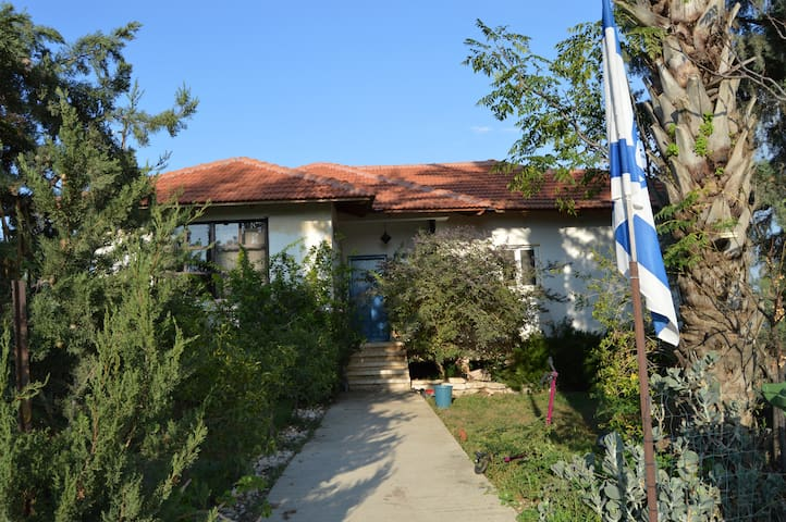 Central, family-friendly farmhouse - Azaria - Ev