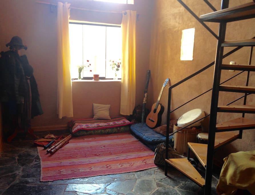 Sala acogedora con varios instrumentos musicales
