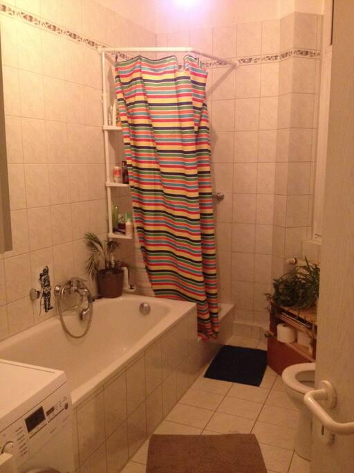 Tageslichtbad mit allem, was man so braucht... Badewanne, Wohnzimmer,...