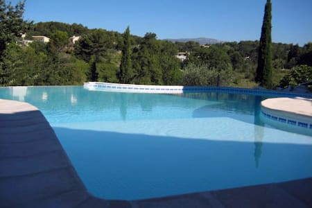 Les Ophrys: 3 double rooms in villa near Valbonne - Opio - Hus