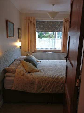 Cosy room with breakfast. Close to Cadwell.