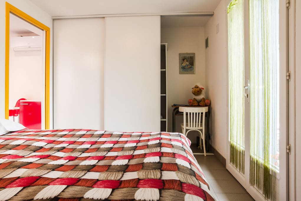 Chambre lumineuse avec un grand placard