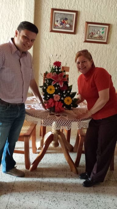 Con mi mamá celebrando el cumpleaños de una de nuestras huéspedes queridas