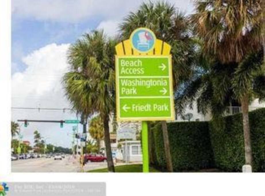 E a localização é super privilegiada! Fica na A1A. É só virar esta esquina e atravessar a rua para chegar no Acesso à praia.