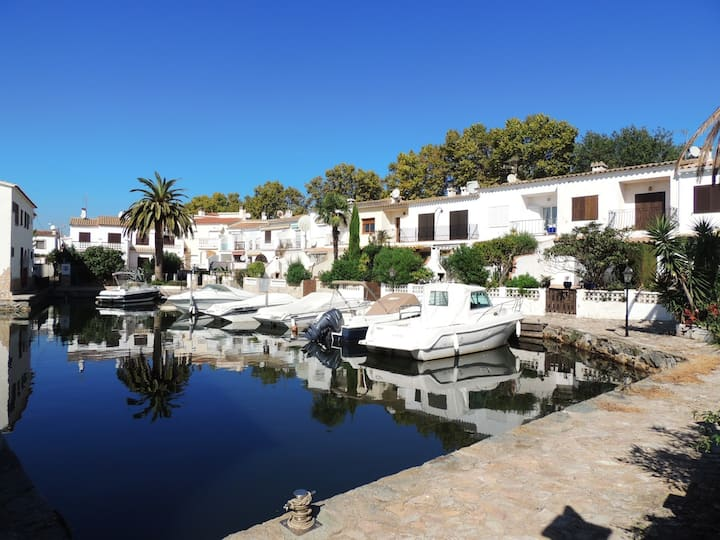 Terraced fishing house with 3 bedrooms with terrace and mooring.