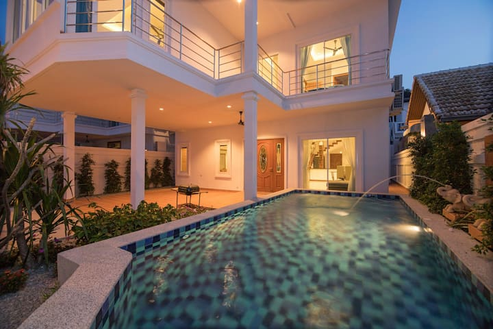 Villa Giant~huge 5 rm, big pool,10mins walking st
