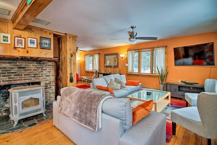 Vermont Getaway w/ Deck - 6 Miles to Mt Snow!