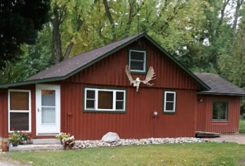 Rustic cabin on the Lake James Chain!