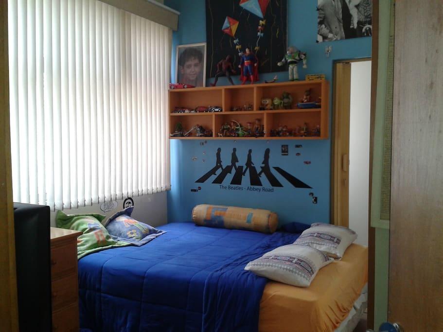 Quarto acomoda casal ou solteiros, bem arejado e claro, com TV a cabo, cama de casal