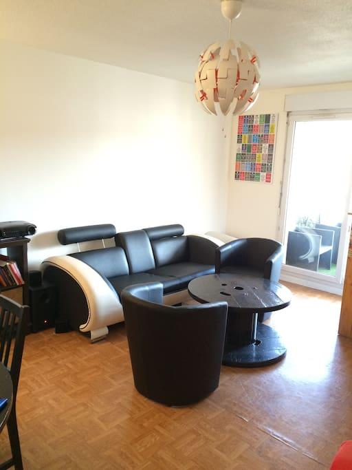 Le salon est assez spacieux et agréable