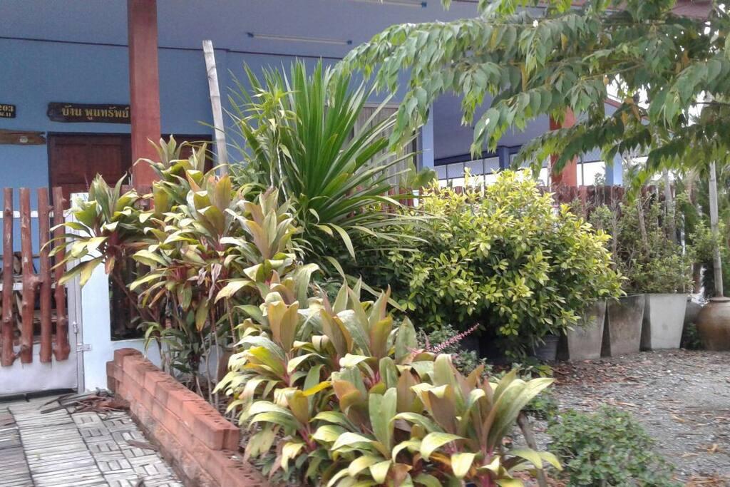 สวนหย่อมสร้างบรรยากาศร่มรื่นหน้าบ้าน
