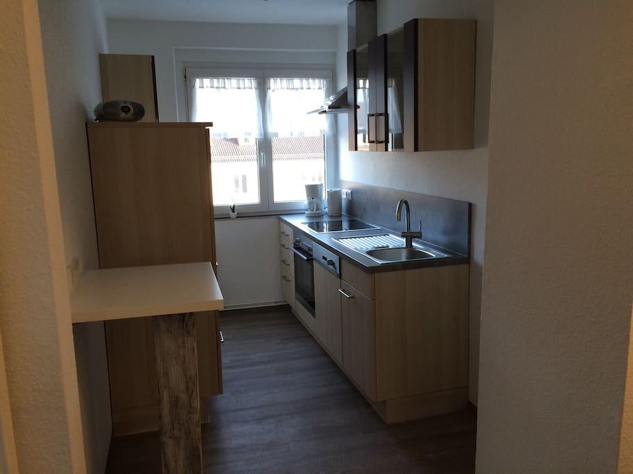 komplett und modern eingerichtete Küche inkl. Geschirrspülmaschine, Herd, Backofen, Kühl- und Tiefkühlschrank, etc.
