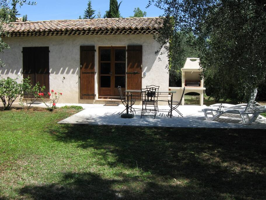 Terrasse privée avec barbecue et table de jardin