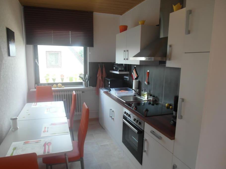 Die voll Ausgestattete Gemeinschaftsküche wird auch mit Zimmern 4,5 und 6 geteilt. In der Küche befinden sich unter anderem 2 Kühlschränke.