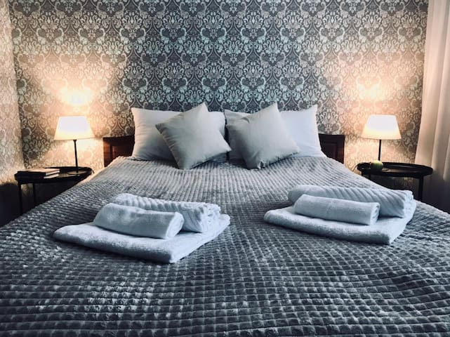 прекрасная двуспальная кровать 160*200 см с ортопедическим матрасом сделают ваш отдых комфортным