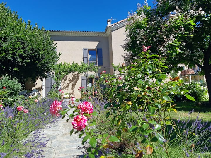 La Motte-du-Caire: Quiet village house with garden