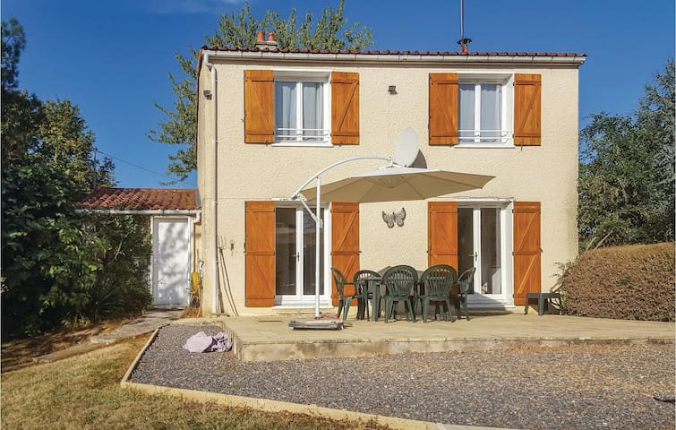 Holiday cottage with 3 bedrooms on 106m² in La Trimouille