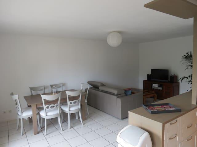 Appartement lumineux avec balcon proches comodités - Sassenage - Wohnung