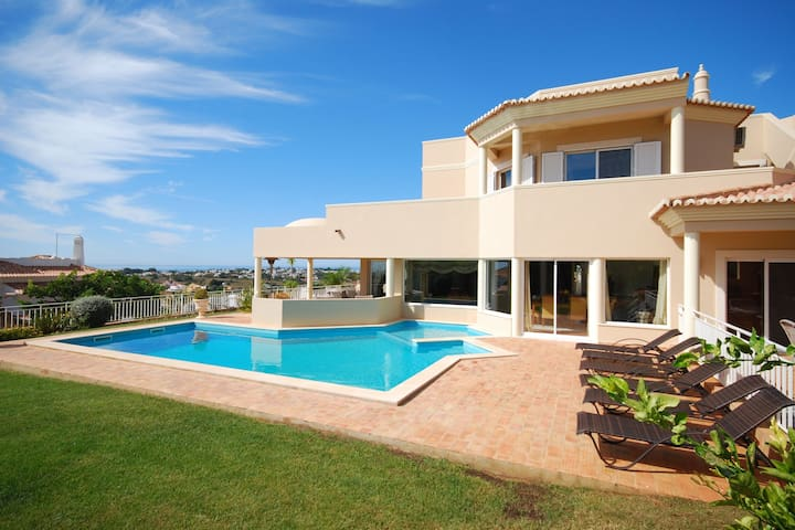 Lavish Villa in Albufeira with Private Swimming Pool