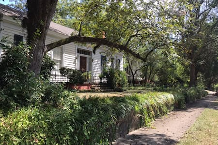 Charming 1820's Cottage 3 Bedrooms & 3 Baths