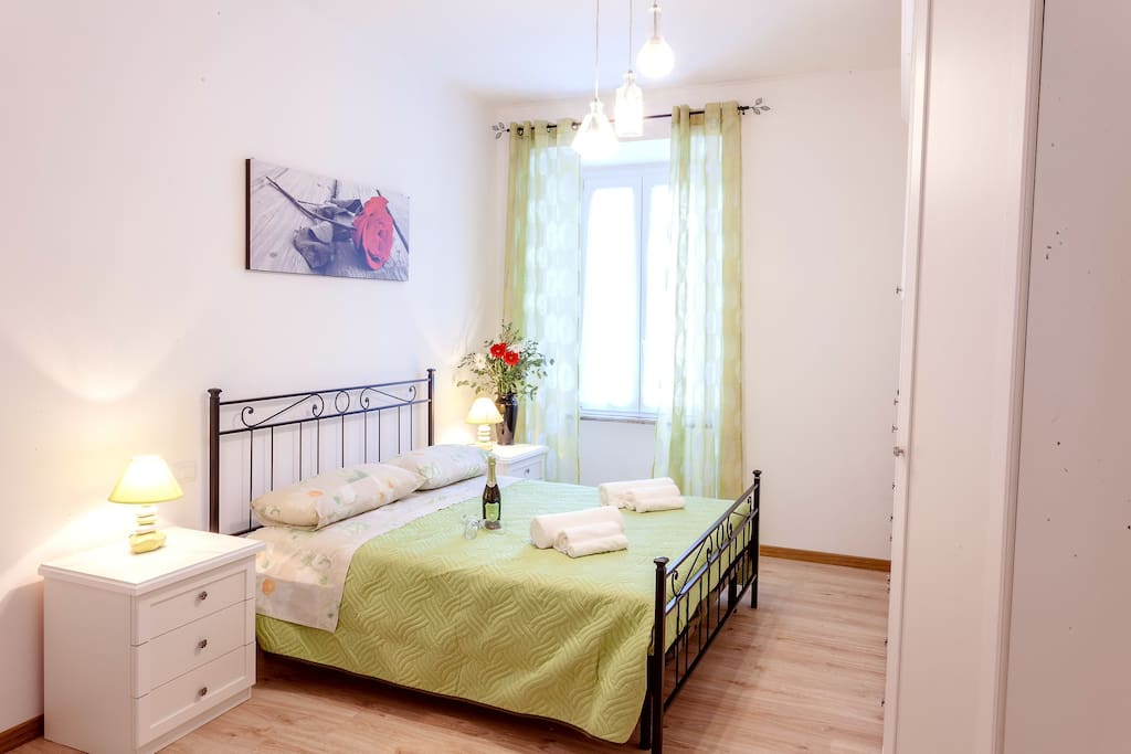 A large, adorable and romantic double room with conditioned air and TV.