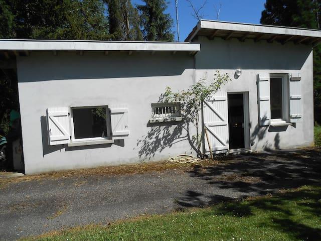Petite maison indépendante dans parc arboré