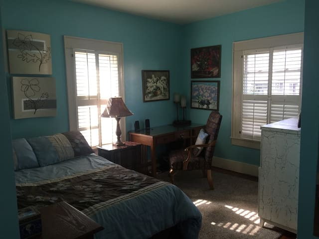 Cozy room, private backyard, close to everything - Morgantown - Maison