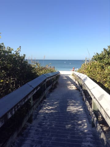 New guest house. Bike to the beach! - Bonita Springs - Huis