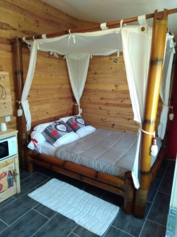lit douillé romantique à baldaquin en bambou