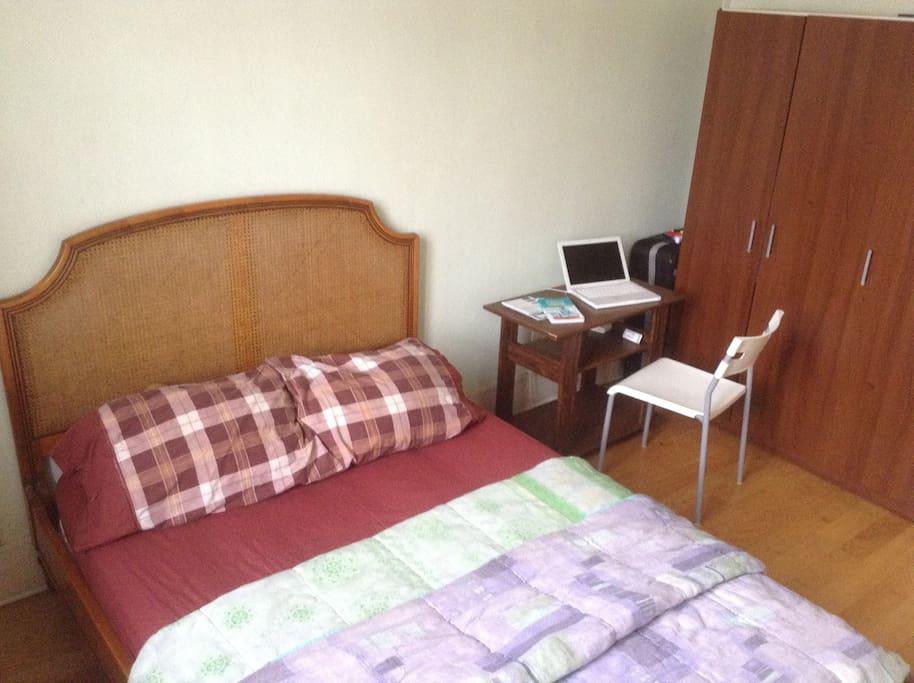 vrai lit, petite table, chaise et armoire