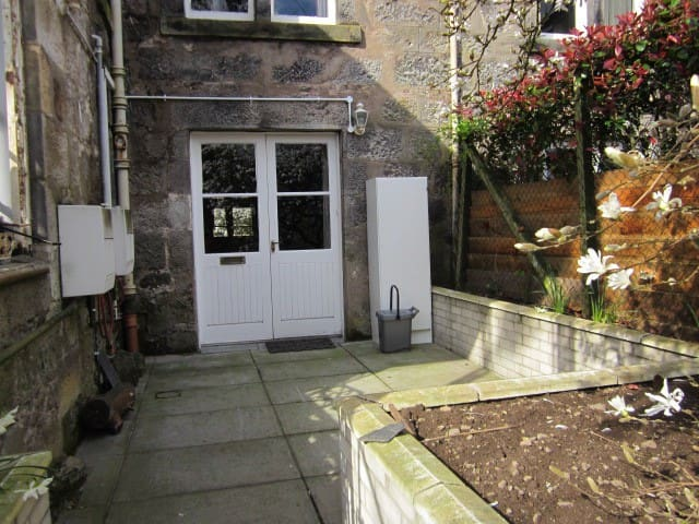 Garden flat in historic building.  - Dollar