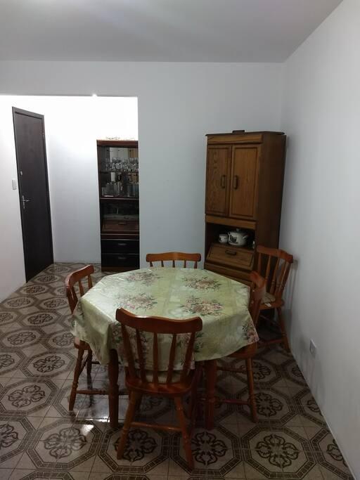 mesa de estar, e porta de entrada
